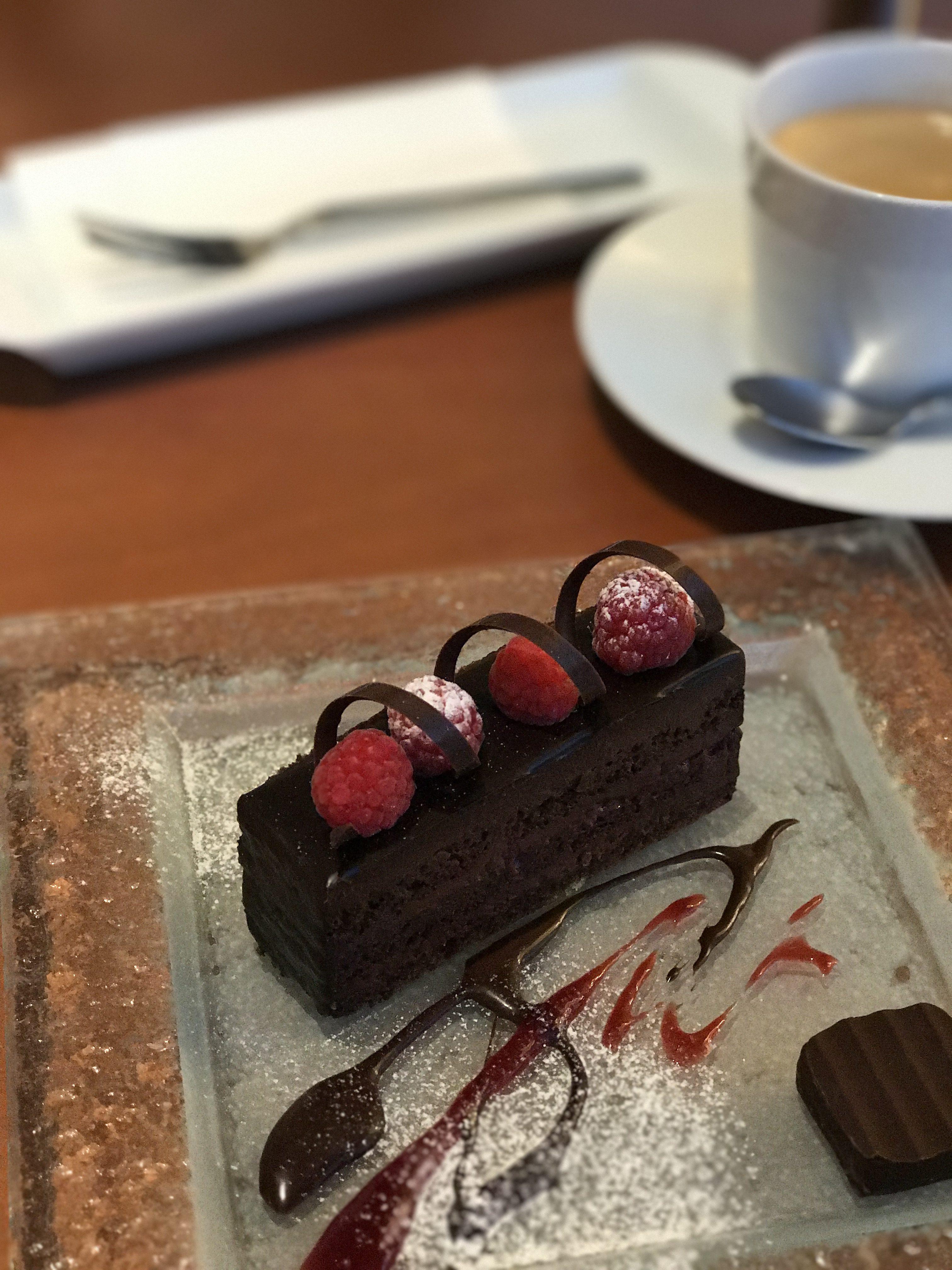 カフェも併設、大人ショコラが楽しめる『ショコラティエ  パレドオール』