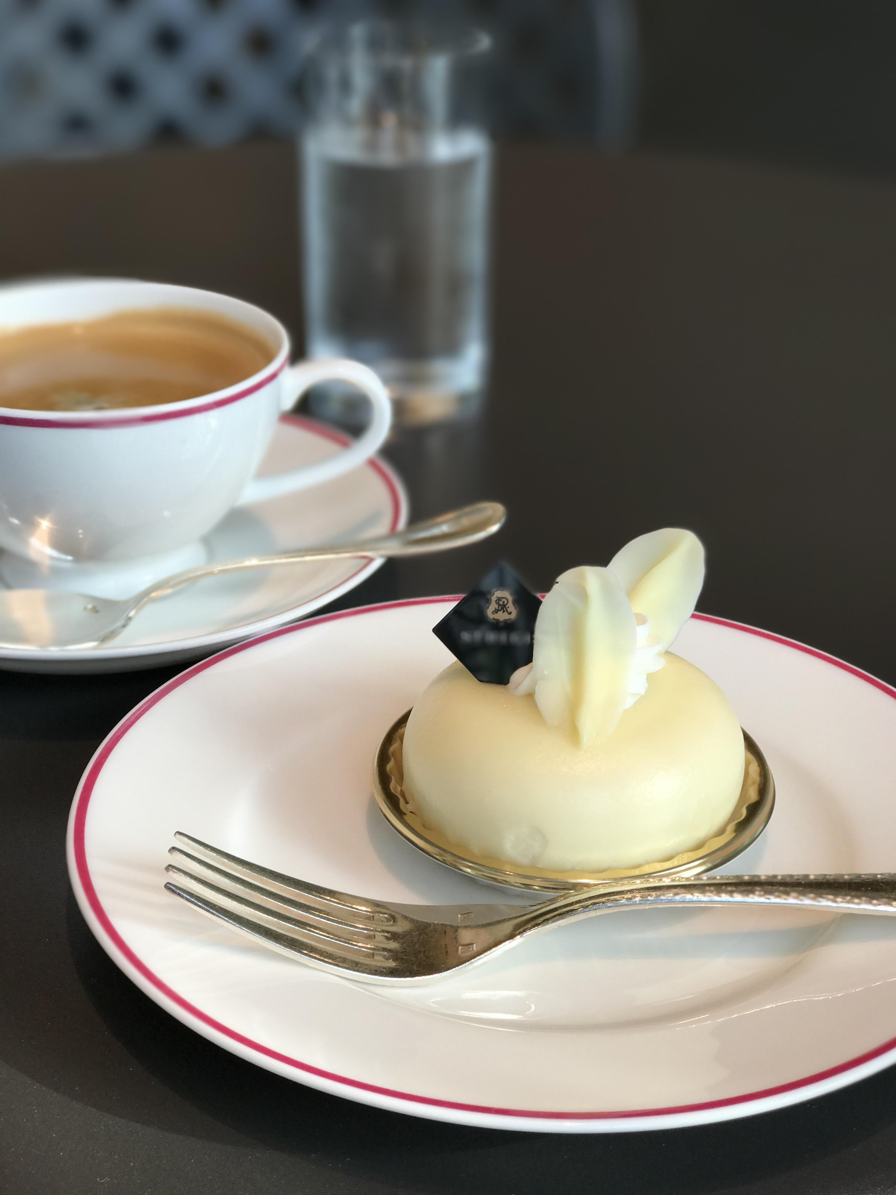ST REGIS(セントレジス) Officeロビーにケーキが美味しい手軽なcafe、静かでゆっくりできます。